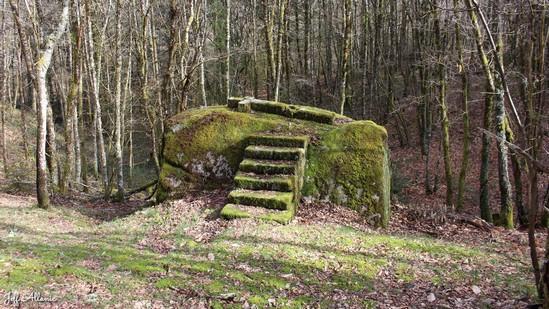 Photo fiche road-trip N° 12_8051_1 - Les portes du Périgord blanc - Le rocher de la Rissière - Eyrein - 19800