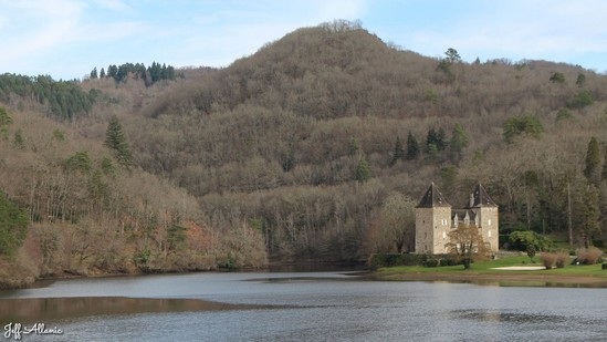 Photo fiche road-trip N° 9_1004_1 - La Xaintrie médiévale - Panorama sur le Château du Gibanel - Hautefage - 19400