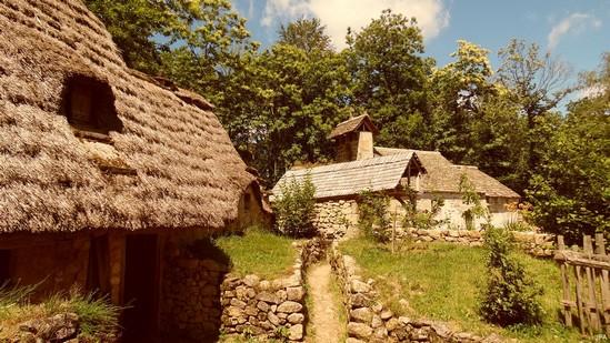 Photo fiche road-trip N° 9_102_1 - Les portes du Périgord blanc - La ferme du moyen-age - Saint-Julien-aux-Bois - 19220